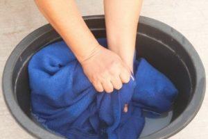 Стирать пальто вручную