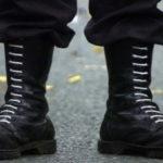 Как постирать белые шнурки