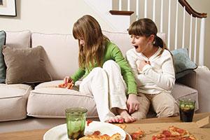 Свежие пятна: ужин на диване