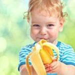 Как отстирать пятна от банана на детской одежде
