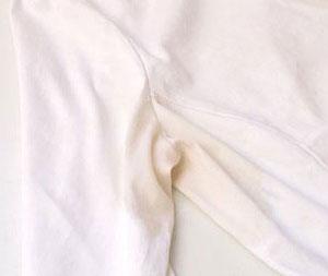 Желтые пятна на белой одежде - как вывести?