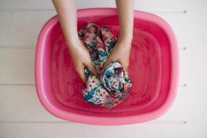 Замачивание платья в холодной воде