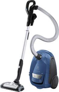 Чистить напольные покрытия пылесосом